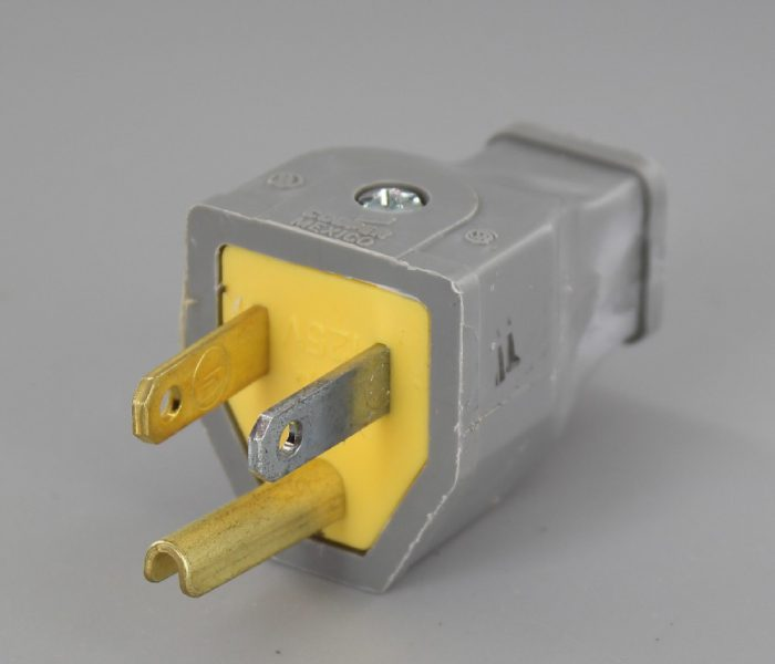 GRAY 3-WIRE GROUNDED THERMOPLASTIC PLUG WITH SCREW TERMINAL CONNECTION